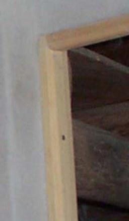 Le cadre est fixé par des vis à masquer à la pâte à bois